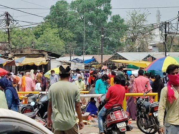 तस्वीर रायपुर के शास्त्री बाजार की है। भीड़ का ये नजारा दिन बना रहा।