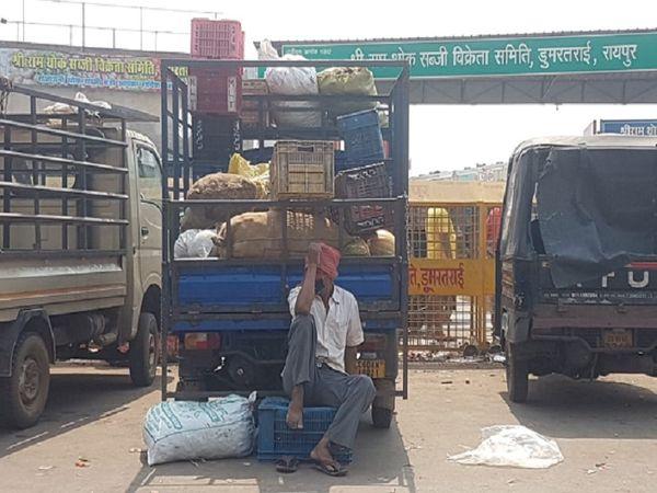 बेचने वाला भी बेबस और खरीदने वाला भी। तस्वीर रायपुर के डूमरताई मंडी के पास एक सब्जी वाले की।