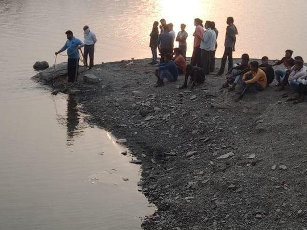 बदखर के परशुराम तालाब में रेस् - Dainik Bhaskar