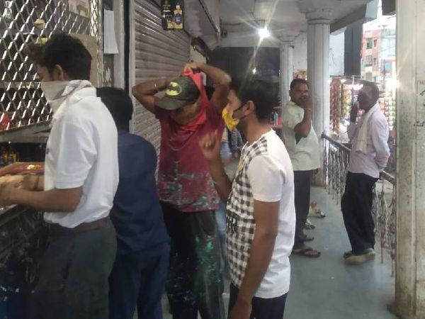 शराब दुकानों पर भी लोग शराब खरीदने के लिए उमड़ पड़े।