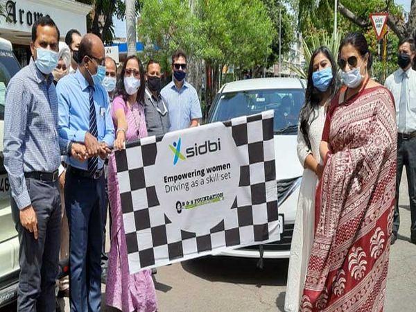 शहर की महिलाओं को कार ड्राइविं - Dainik Bhaskar