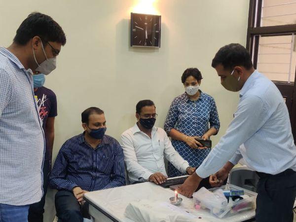 जयपुर में चांदी चोरी केस में SOG पुलिस जांच करते हुए। - Dainik Bhaskar