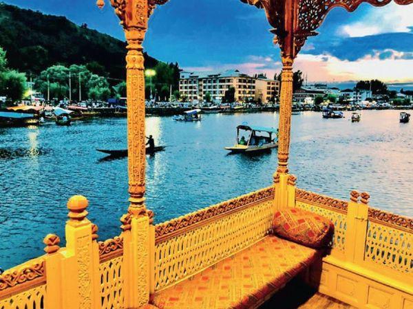 हाउसबोट में 4 बेडरूम तक होते हैं, इसका एक रात का किराया 2000 से 8000 रुपए है। इनकी कीमत 2-3 करोड़ होती है। - Dainik Bhaskar