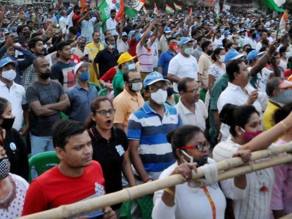 फोटो पश्चिम बंगाल की है। यहां एक चुनावी रैली में ज्यादातर लोग बिना मास्क के दिखे। दिल्ली हाईकोर्ट में ऐसी रैलियों और प्रचार पर रोक के लिए दिल्ली हाईकोर्ट में याचिका दाखिल की गई है। - Dainik Bhaskar