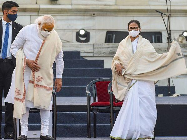 फोटो 23 जनवरी की है, जब मोदी नेताजी सुभाष चंद्र बोस की 125वीं जयंती पर बंगाल पहुंचे थे। मंच पर मोदी और ममता साथ थे, पर जय श्री राम के नारे लगने पर ममता नाराज हो गईं। तभी से वे मोदी के सरकारी कार्यक्रमों से किनारा कर रही हैं। - Dainik Bhaskar