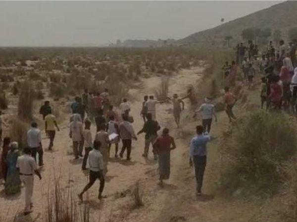 महेशपुर गांव में आरोपी की पिटाई के दौरान आक्रोशित ग्रामीण और पुलिस। - Dainik Bhaskar