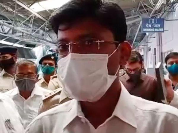दरभंगा रेलवे स्टेशन पर सख्ती के निर्देश देते DM डॉ. त्यागराजन। - Dainik Bhaskar