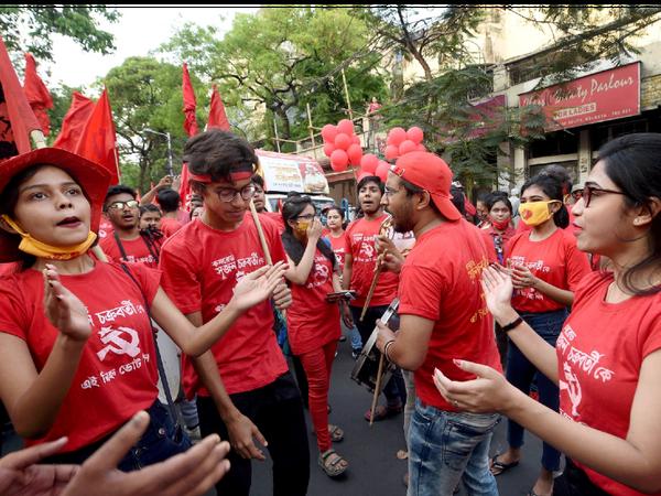 फोटो कोलकाता की है। यहां बिना मास्क के चुनाव प्रचार करते एक पार्टी के कार्यकर्ता।