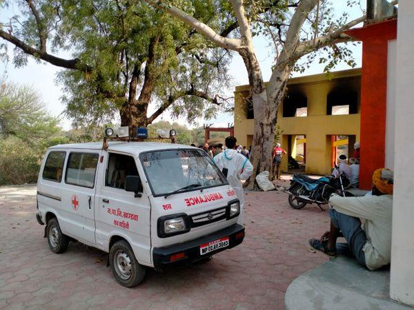 गुरुवार को राजा हरिशचंद्र मुक्तिधाम पर कोविड अस्पताल से कोरोना संक्रमित का शव लेकर पहुंची एंबुलेंस। - Dainik Bhaskar