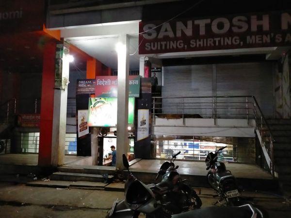 केवलराम चौराहा फूलगली स्थित शराब दुकान देर रात तक खुली रहीं।