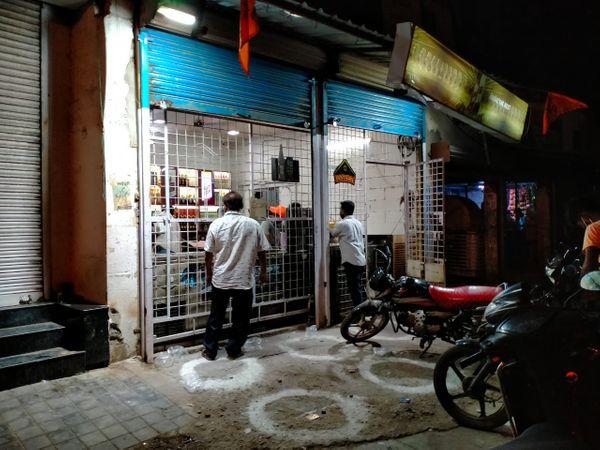 पंधाना रोड स्थित अभिषेक सिनेमा के यहां स्थित शराब दुकान भी देर रात तक खुली रहीं। - Dainik Bhaskar