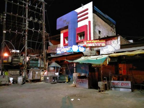 रात 10 बजते ही जलेबी चौक स्थित होटल रेंस्टोरेंट पुलिस ने बंद कराएं।