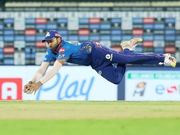RCB की पारी के पहले ओवर की दूसरी बॉल पर रोहित ने वॉशिंगटन सुंदर का कैच छोड़ा।