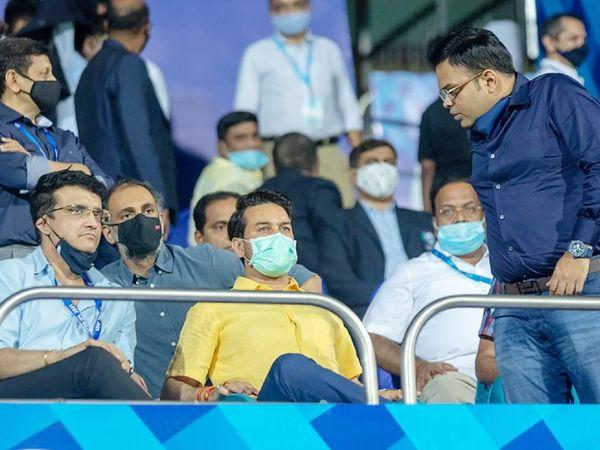 BCCI अध्यक्ष सौरव गांगुली और सचिव जय शाह मास्क पहने नजर नहीं आए। दोनों ने दाढ़ी पर मास्क लगा रखा था। बीच में बैठे केंद्रीय मंत्री अनुराग ठाकुर।