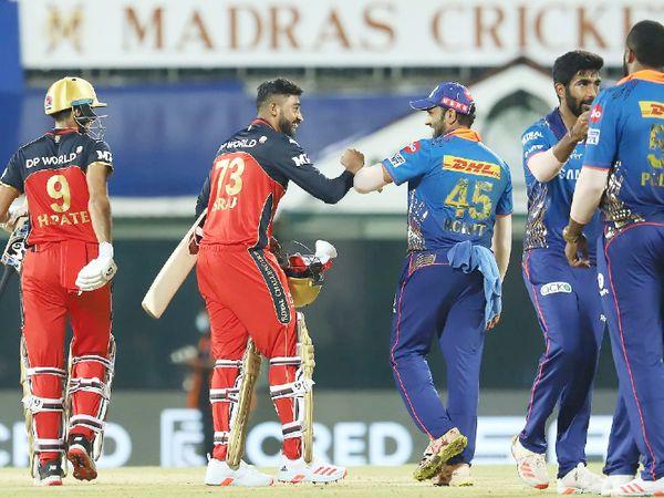 मैच जीतने के बाद सिराज कुछ इस अंदाज में रोहित शर्मा से मिले।