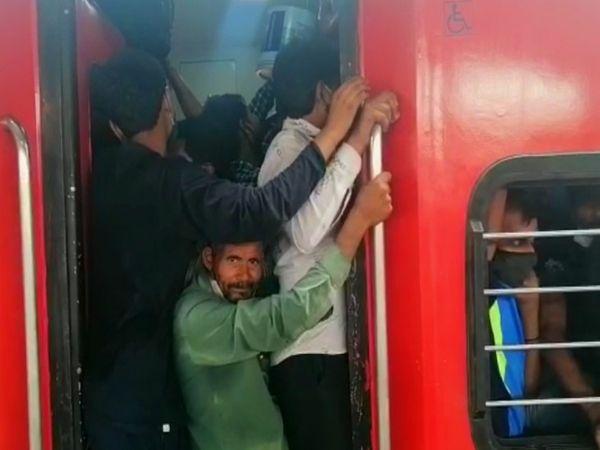 मजदूरों का कहना है कि पैदल जाने से अच्छा है कि ट्रेन में खड़े होकर जाएं।