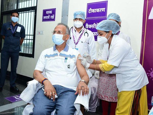 गृह मंत्री ताम्रध्वज साहू ने भी मेडिकल कॉलेज केंद्र पर ही टीके का पहला डोज लगाया।