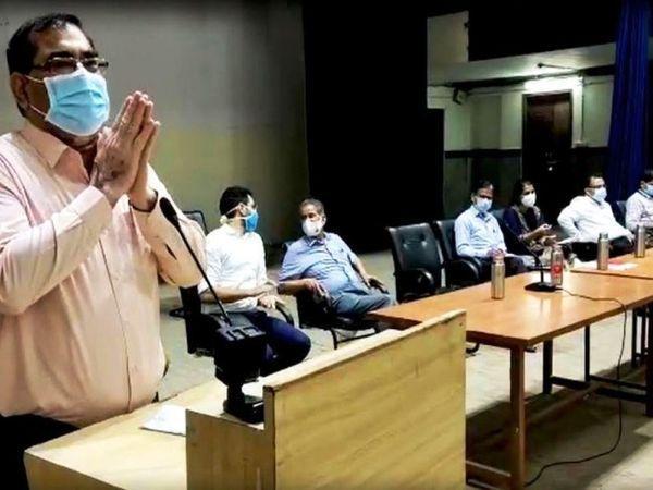 जनता से हाथ जोड़ कोरोना गाइडलाइन के पालन करने की अपील करते हुए उदयपुर कलेक्टर चेतन देवड़ा। (फाइल फोटो) - Dainik Bhaskar