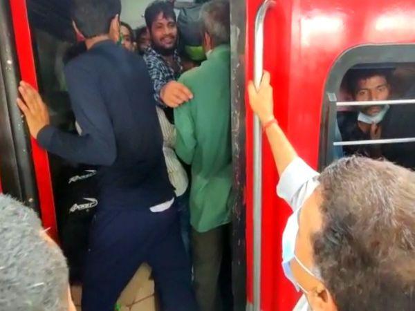 वरिष्ठ कांग्रेस नेता संजय निरुपम भीड़ की जानकारी मिलने के बाद यात्रियों को समझाने LTT स्टेशन पहुंचे थे।