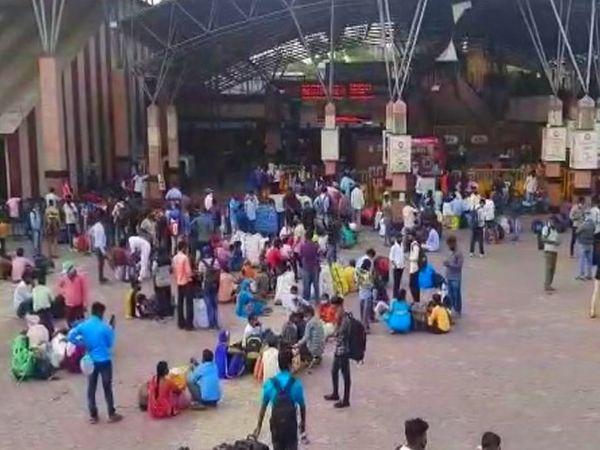 पुणे रेलवे स्टेशन के बाहर भी नजर आ रही है भारी भीड़।