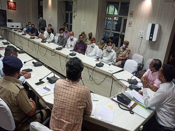 जुलूस का स्वागत करने वाले दुकानदारों को बाहर टेबल लगाने के लिए पुलिस से इजाजत लेनी होगी। - Dainik Bhaskar