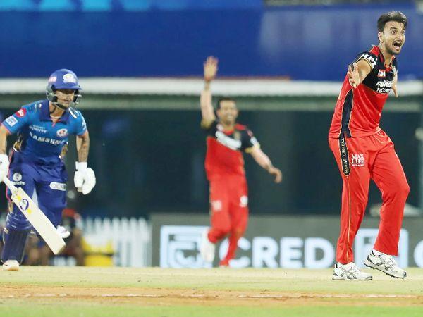 RCB के तेज गेंदबाज हर्षल पटेल ने सबसे ज्यादा 5 विकेट लिए।