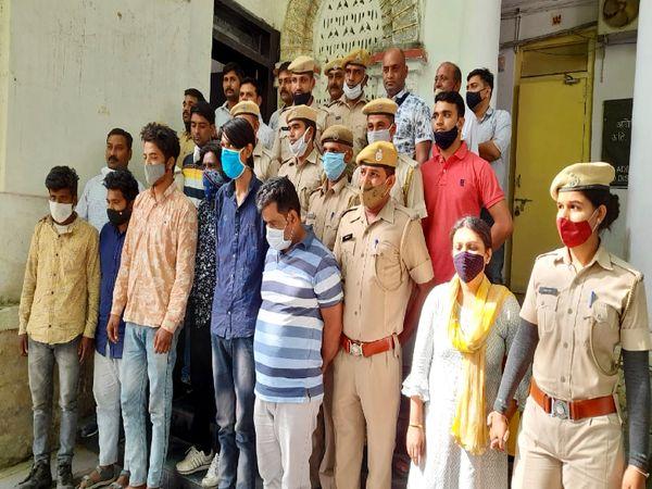 पुलिस गिरफ्त में हत्या के सात आरोपी।