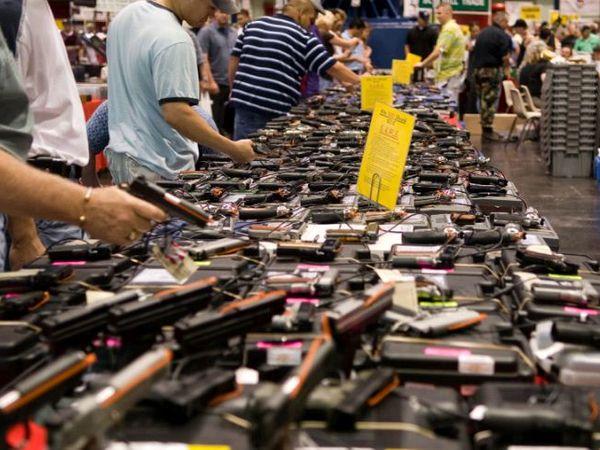 नया डेटा और ट्रेंड बताता है कि अमेरिकी इतिहास में इन दिनों सबसे ज्यादा बंदूकें बिक रही हैं, यह सबसे चिंताजनक बात है। - Dainik Bhaskar