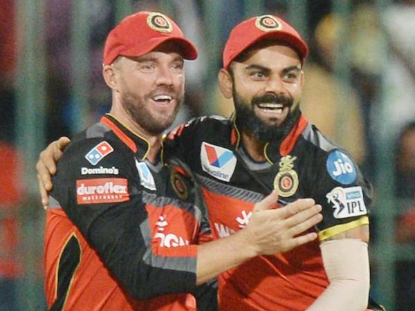 RCB के 2 खिलाड़ी एबी डिविलियर्स (बाएं) और कोहली 100 करोड़ रुपए के क्लब में शामिल हो चुके हैं। - Dainik Bhaskar