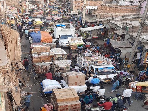 पटना सिटी के मंडी में ऐसी भीड़ जमा हो रही है, जिससे कोरोना का खतरा बढ़ रहा है। - Dainik Bhaskar