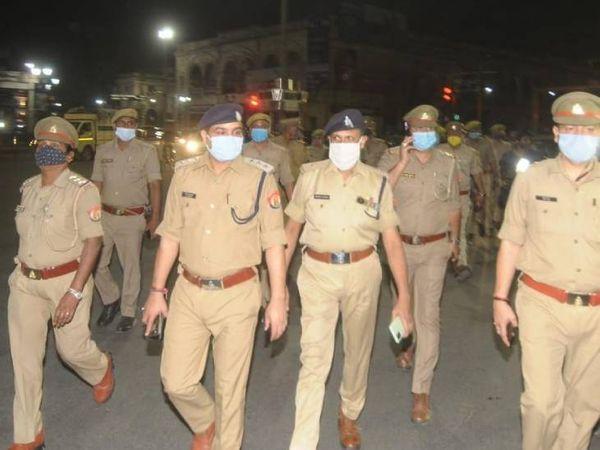 गस्त करते हुए हजरतगंज पुलिस टीम।