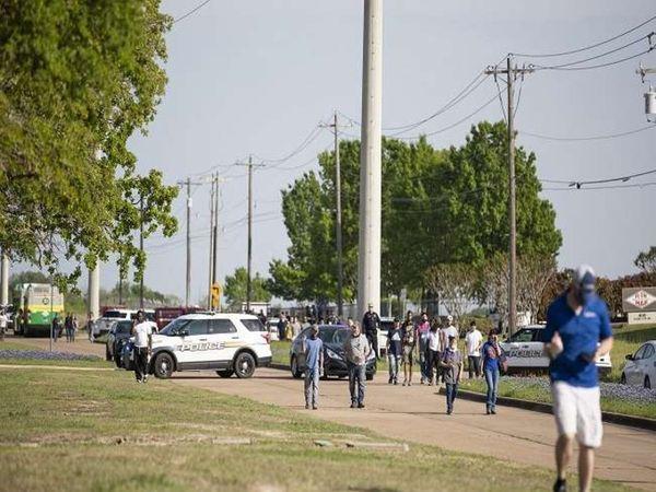 गोलीबारी के दौरान पार्क में अफरा-तफरी मच गई। लोग खुद के बचाव के लिए इधर-उधर भागते दिखे। - Dainik Bhaskar
