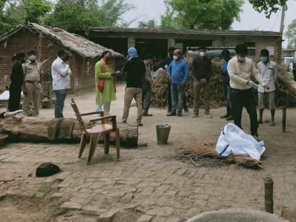 मौत के बाद शव जलाने की तैयारी करते परिजन। - Dainik Bhaskar