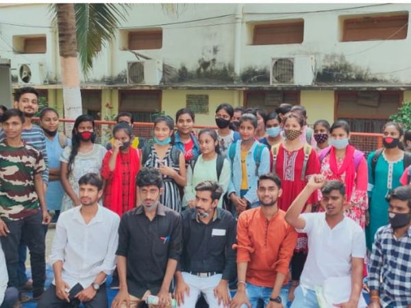 भागलपुर के SM कॉलेज में धरना पर बैठे छात्र और छात्राएं। - Dainik Bhaskar