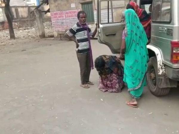 महिला को घायल अवस्था में पारा शिक्षक राजू महतो ने अपनी गाड़ी से महिला को अस्पताल तक पहुंचाया।