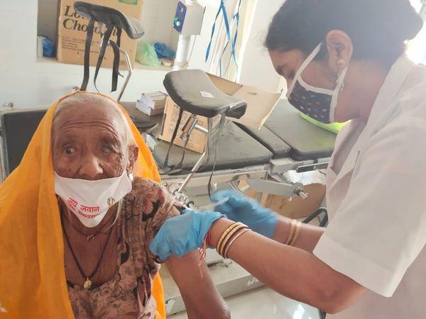 बीकानेर में वैक्सीनेशन का आंकड़ा अब तीन लाख के पार पहुंच गया है। गुरुवार तक ही बीकानेर में तीन लाख 364 का वैक्सीनेशन हो चुका है। - Dainik Bhaskar