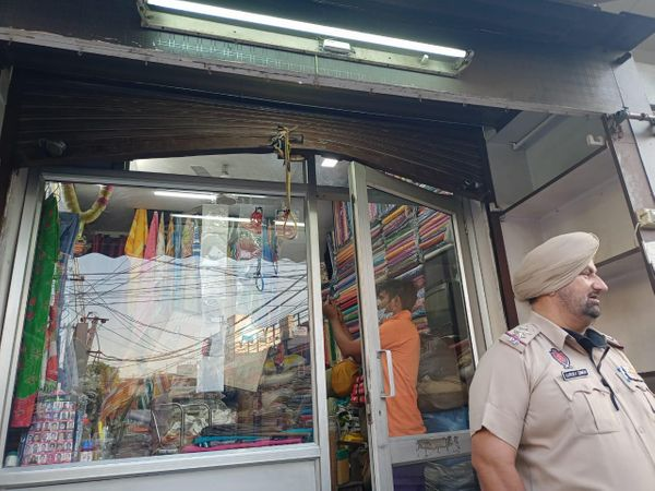 धवन एंपोरियम में चोरी की घटना की जांच करती पुलिस। - Dainik Bhaskar