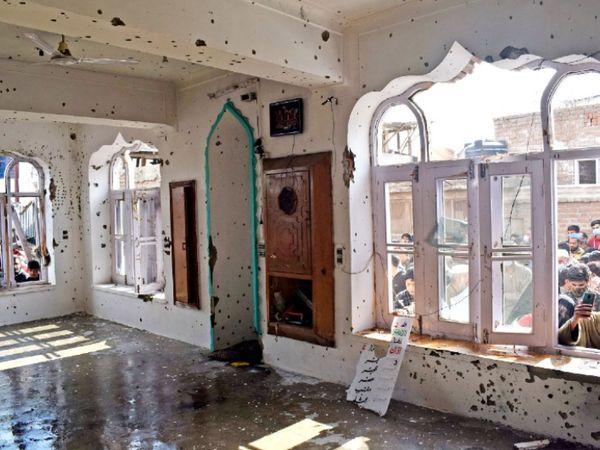 सुरक्षाबलों ने काफी कोशिश की कि एनकाउंटर के कारण मस्जिद को नुकसान न पहुंचे, लेकिन आतंकियों के फायरिंग शुरू करने के बाद उन्हें भी जवाबी कार्रवाई करनी पड़ी।