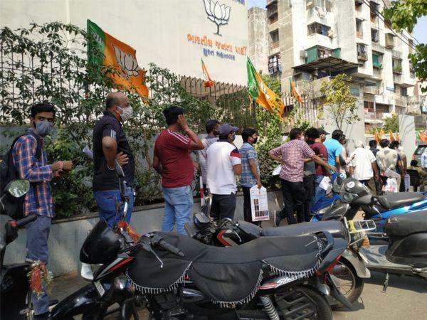 जैसे ही लोगों को पता चला कि BJP कार्यालय में रेमडेसिविर मिल रहा है, लोगों की लंबी लाइन लग गई।