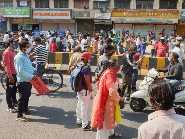 गुस्साए लोगों ने सड़क जामकर प्रदर्शन किया।