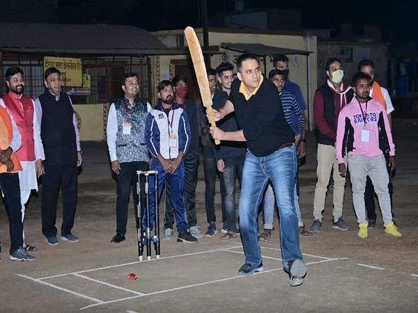 कांग्रेस ने पूर्व सांसद अभिषेक सिंह की यह तस्वीर जारी की है।  दावा है कि यह तस्वीर राजनांदगांव में क्रिकेट प्रतियोगिता के उद्घाटन की है।