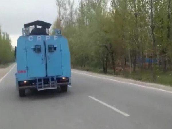 अनंतनाग के सेंथन इलाके में एनकाउंटर के लिए जाती सुरक्षाबलों की गाड़ी।