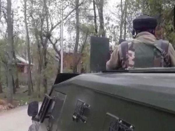 सुरक्षाबलों ने एक साथ दो अलग-अलग इलाकों में आतंकियों को घेर लिया है और एनकाउंटर जारी है। - Dainik Bhaskar