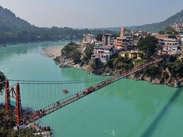 1930 में आज ही के दिन उत्तराखंड के ऋषिकेश में बना लक्ष्मण झूला आम लोगों के लिए खोला गया। कहा जाता है कि जिस जगह ये पुल बना वहीं से भगवान राम के भाई लक्ष्मण ने जूट की दो रस्सियों के सहारे गंगा पार की थी।