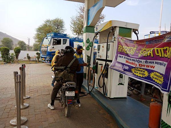 अलवर में पेट्रोल पंप खुले रहे, जहां पेट्रोल डलवाने पर स्कीम भी है।