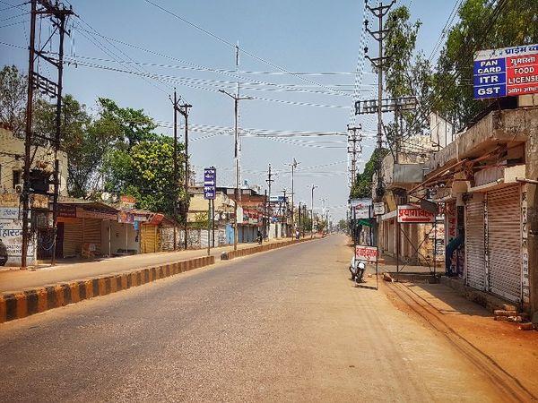 रायपुर के मोती नगर इलाके की मुख्य सड़क जो शहर को धमतरी से जोड़ती है, लॉकडाउन का असर साफ दिख रहा है।