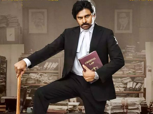 पवन कल्याण ने 'पिंक के तेलुगु रीमेक', 'वकिल साब' में अमिताभ बच्चन की भूमिका निभाई है।  - दैनिक भास्कर