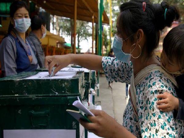 वोट डालने पहुंचे निर्वासित तिब्बती लोग।