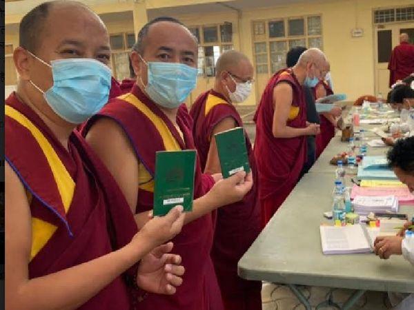 धर्मशाला में केंद्रीय तिब्बती प्रशासन के सिक्योंग/राष्ट्रपति पद के लिए मतदान करने पहुंचे समुदाय के गणमान्य। - Dainik Bhaskar