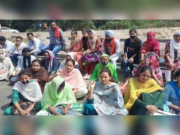 मुख्यमंत्री आवास का घेराव करने जाने से रोकने पर YPS रोड पर धने पर बैठे बेरोजगारों में शामिल युवतियां सरकार के खिलाफ नारे लगाती हुई।